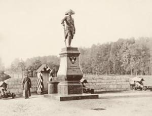 Памятник Павлу I на плацу перед Гатчинским дворцом. 1900-е гг.